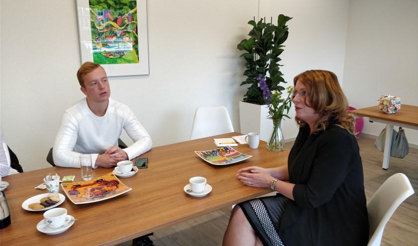 Koen in gesprek met burgemeester Carla Breuer over zijn tijd op het eiland Sint-Maarten. | Foto: pr.