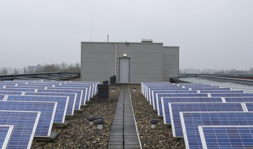 Zonnepanelen op het dak van een flatgebouw.