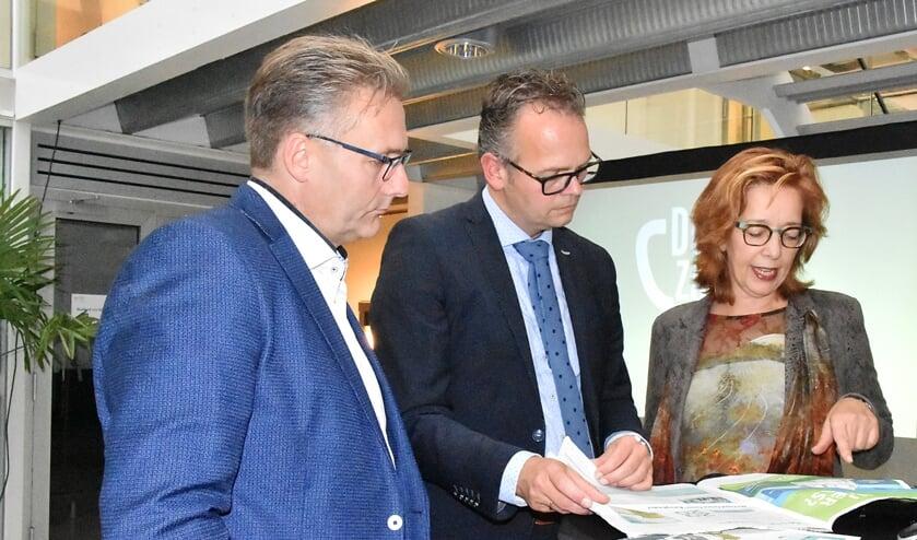 John Mijnders, winnaar van 2016, met de Katwijkse wethouder Jacco Knape en wethouder Marie José Fles van Noordwijk. | Foto: pr