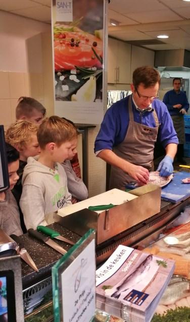 Hugo van der Meij legt uit hoe je vis schoonmaakt.   Foto De Lichtwijzer