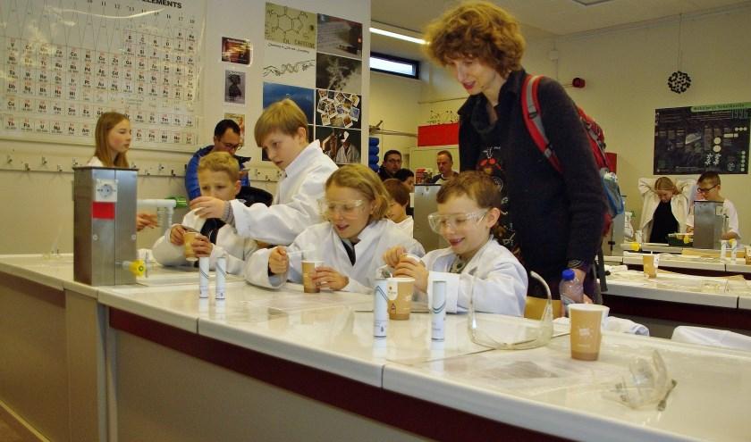 Deze kinderen maakten tijdens een proefles hun eigen tandpasta op het Rijnlands Lyceum aan de Apollolaan. Nu maar hopen dat straks op de nieuwe school de lessen net zo leuk zijn.   Foto: Willemien Timmers