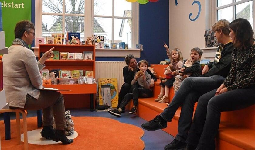 Brigitte Kerkhoven leest voor tijdens het Voorleesontbijt in Warmond. | Foto: Piet van Kampen