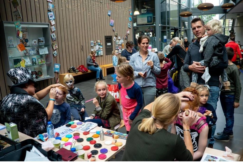 Kinderen werden geschminkt in Halloweenstijl.  Foto: Johan Kranenburg © uitgeverij Verhagen