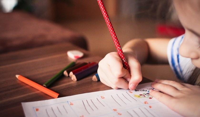 Kinderen mogen vanaf 11 mei weer naar de basisschool. De middelbare scholen blijven nog tot de Pinksteren gesloten.