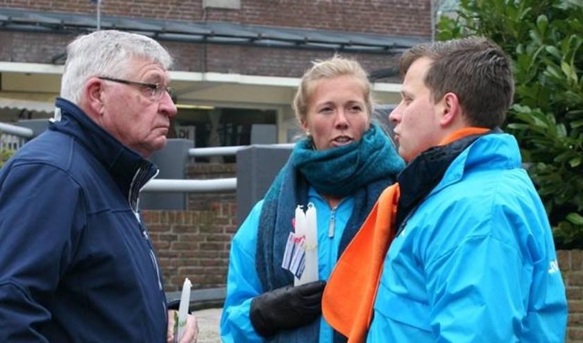 Fractievoorzitter Geert Schipaanboord van de ChristenUnie_SGP en een partijgenote in gesprek met een Leiderdorper.