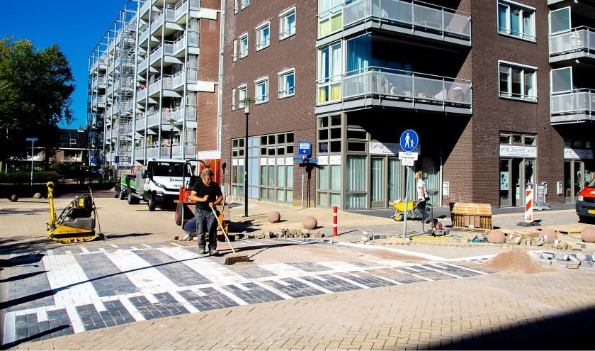 Vanmiddag werd de laatste hand gelegd aan de oversteekplaats van de Laan van Berendrecht naar winkelcentrum Santhorst.