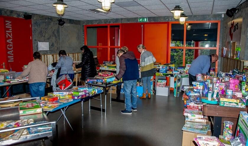 <p>Snuffelen tussen het ruime aanbod aan fraai tweedehand speelgoed tijdens een eerdere speelgoedbeurs in gebouw Dwars.</p>