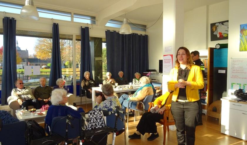 Janine de Vries van Incluzio Leiderdorp geeft uitleg over het werk van de nieuwe welzijnsorganisatie.