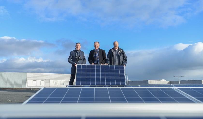 Wethouder Rob ten Boden, raadslid Gerben Dijkstra en raadslid Fons Welters op het dak van de gemeentewerf in Voorhout. | Foto: pr.