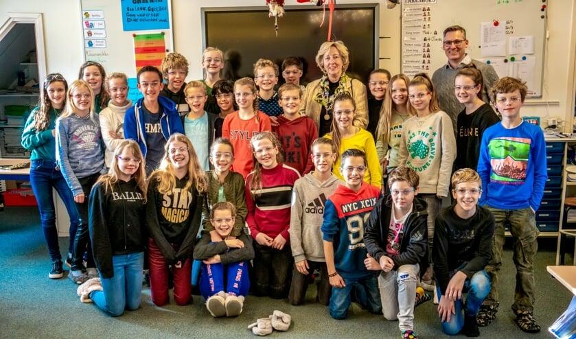 Alle kinderen van groep 8 van de KJS kregen een vuurwerkbril van burgemeester Laila Driessen.