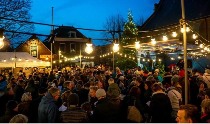 Razend druk was het zaterdagavond bij de Dorpskerk toen daar de Vrienden van het Oude Dorp daar de lichtjes in de grote kerstboom ontstaken.