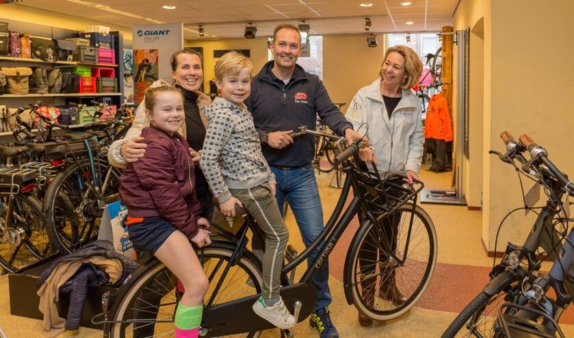 Kim van Beukering haalde woensdagmiddag 14 februari de gewonnen fiets op. | Foto Wil van Elk