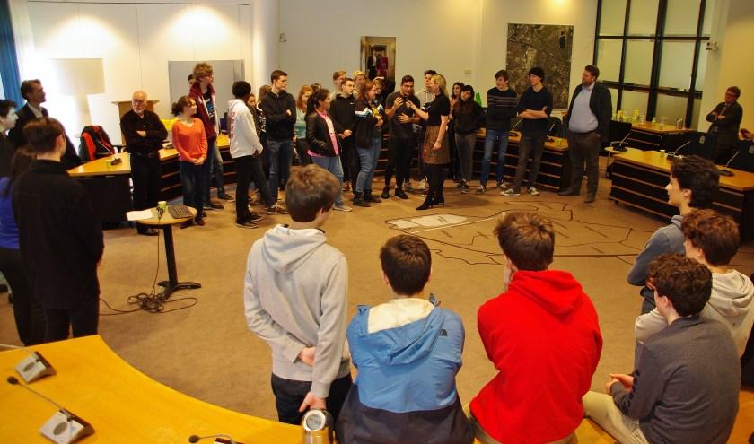 Onder leiding van Lydie Vellema (D66) gingen de betrokken jongeren met elkaar in discussie.   Foto Willemien Timmers