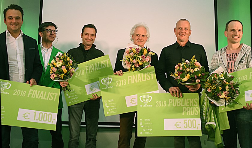 De vier finalisten en de winnaar van de publieksprijs: Op de foto v.l.n.r. Joris Putman (Dutch Tulips Wodka), Hans van Dalen (presentator), Sebastiaan Bos (Kievit), Ted Wiegman (Bollenstreek Hout), Gerardo van Egmond (Indoorvolkstuin) en John van der Slot (Bloembollenbedrijf Van der Slot). | Foto: Piet van Kampen