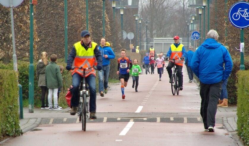 Michiel Veldman nadert de finish. Swerre Berendsen en Guusje Hazelaar zitten hem op de hielen. | Foto's Willemien Timmers