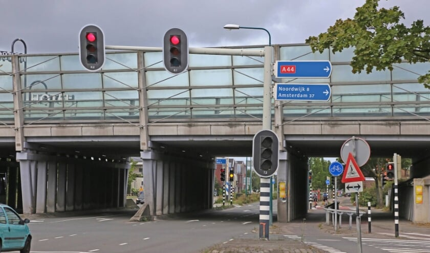 De verkeersveiligheid onder het viaduct van de A44 bij de Rijnzichtweg moet worden verbeterd. Er gebeuren zeer regelmatig ongelukken. Agelopen vrijdag, 7 augustus, opnieuw. |