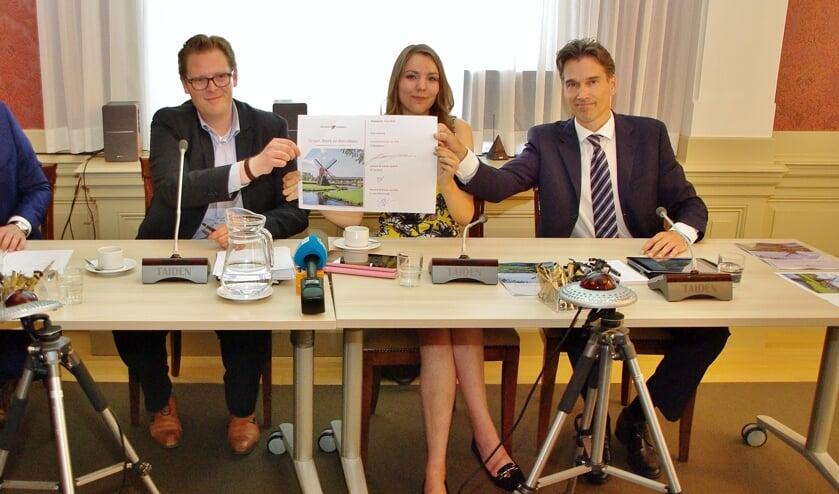 Het CDA ziet het liefst weer opnieuw deze samenstelling van de coalitie: CDA, Progressief Oegstgeest en VVD. Op de foto wordt de tekening van het coalitieakkoord gevierd na de gemeenteraadsverkiezingen van 2018.   Archieffoto