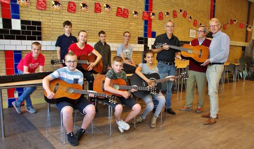 Leerlingen en Douwe Splinter nemen de instrumenten in ontvangst. | Foto WT