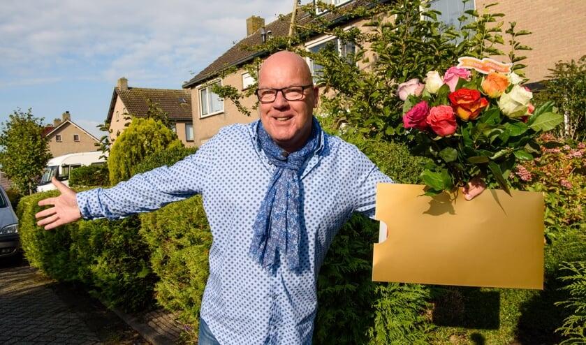 <p>Als Gaston aanbelt, is dat bijna altijd met goed nieuws. In Warmond maakt hij in 2018 vier inwoners blij met de straatprijs. | Foto: pr./Roy Beusker Fotografie</p>