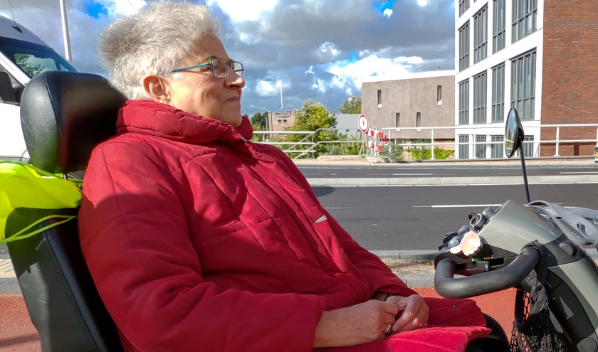 Voor scootmobielrijdster mevrouw Keesenberg uit Leiderdorp is het nu erg lastig in de Leidse Merenwijk te komen.   Foto: J.P. Kranenburg