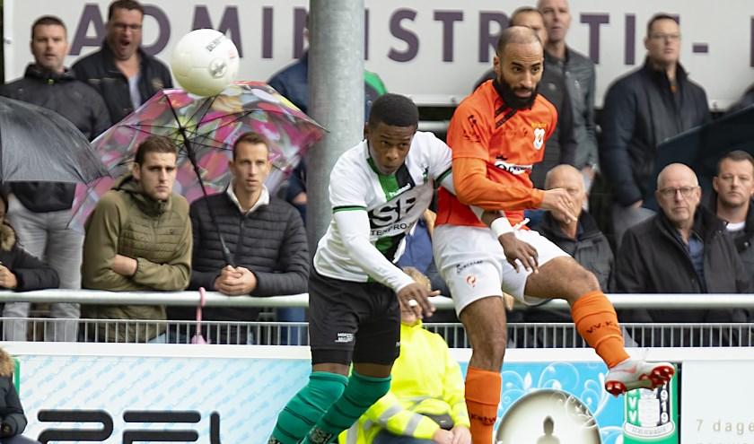 Gio van Ree van Scheveningen en Omar Hamdi in gevecht om de bal. | Foto: ORangePictures / Frans de Best