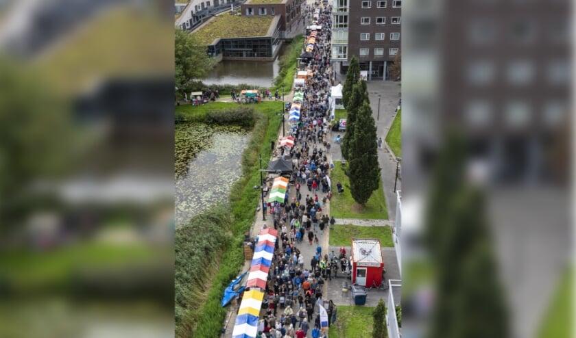 Op de foto rechts het lint van kramen langs de Laan van Berendrecht tijdens de Jaarmarkt van 2018. Dit jaar gaat het er wat anders uitzien: er komen looproutes en bezoekers moeten anderhalve meter afstand houden   Archieffoto: Buro JP