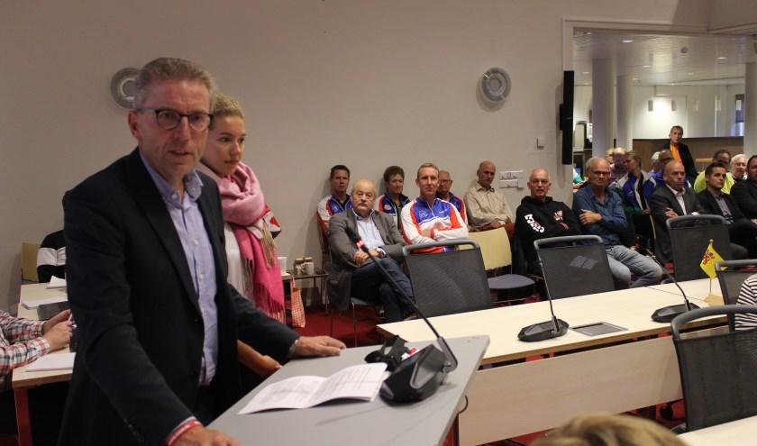 De voorzitter van de Warmondse ijsclub, Frans Biemond, spreekt de commissie toe. Naast hem Nederlands schaatskampioen, de Warmondse Lisa van der Geest. | Foto: NK