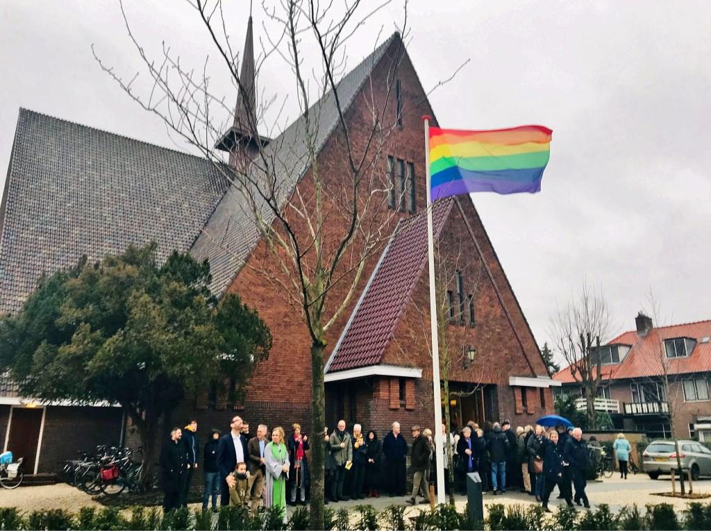 De regenboogvlag in top voor de Regenboogkerk.   Foto Anja Froeling Foto: Anja Froeling  © uitgeverij Verhagen