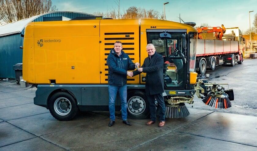 Wethouder Daan Binnendijk (rechts) krijgt de sleutels van de nieuwe veegwagen uit handen van Albertus Nieuwenhuis van veegmachineproducent RAVO.