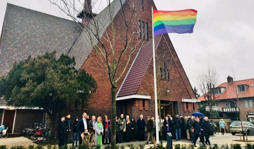 De regenboogvlag in top voor de Regenboogkerk.   Foto Anja Froeling
