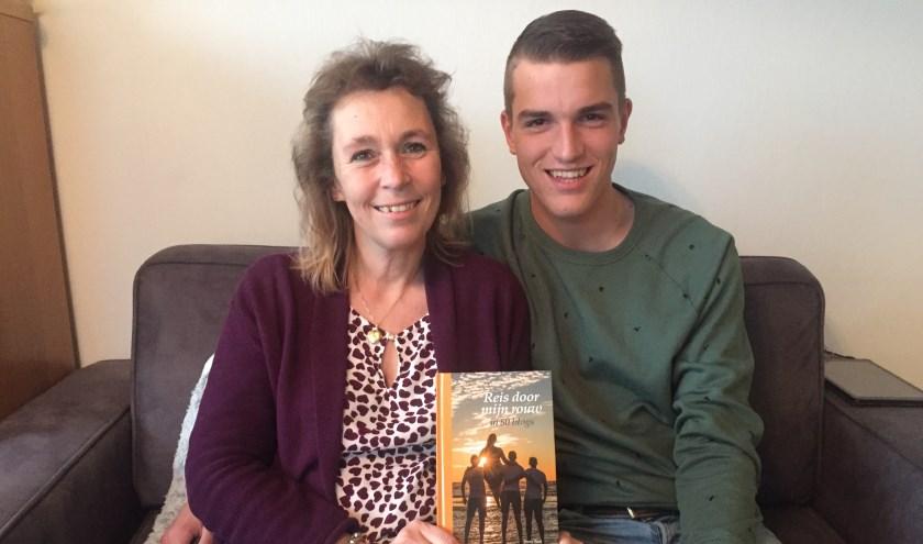 """Irene met haar middelste zoon Mark. """"Sommige uitvaartcentra geven mijn boek mee aan nabestaanden."""""""