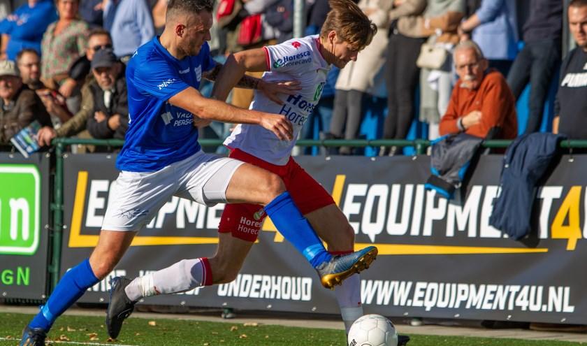 Corne Davelaar van GVVV probeert Tjeerd Westdijk de bal af te spelen. | Foto: OrangePictures