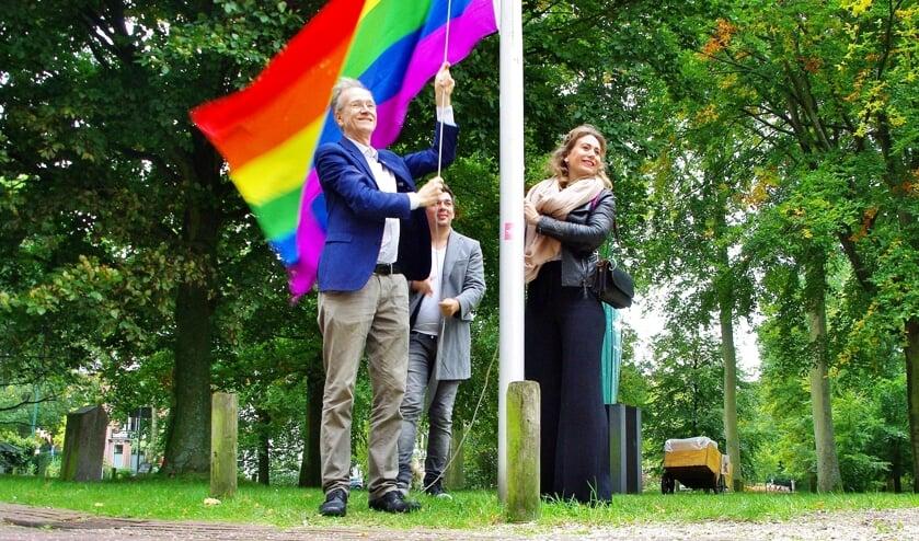 Wethouder Jan Nieuwenhuis hijst samen met Progressief Oegstgeest steunfractielid Steijn Burger en D66 -gemeenteraadslid Jolijn Kouwenhoven de vlag.