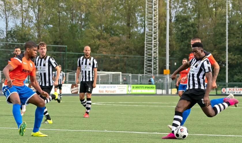 Uitblinker Mostava Frederik legt hier aan om de 2-0 voorsprong te verzilveren.   Foto:  Johanna Oskam