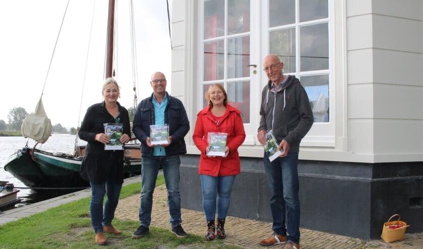 Winkeliers Petra Planjer, Willem Westerbeek en Julietta de Best, met kalendermaker Kees Ligtvoet.| Foto: EvE