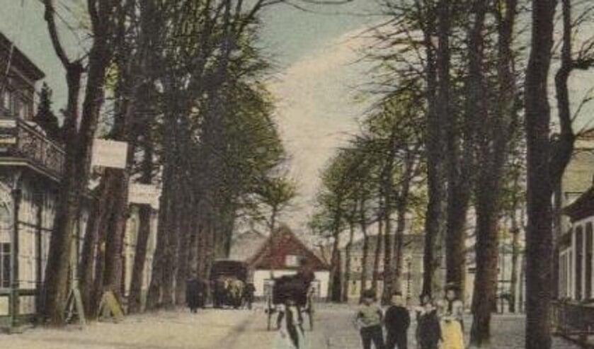 Het witte gebouw is restaurant De Oude Heere, daarnaast foto Engel. Deze ansichtkaart is van vóór 1909.