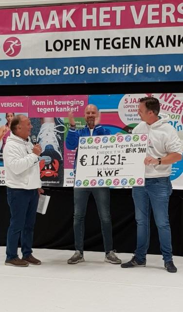 Erik Jan (midden) liep voor het eerst na zijn zware chemobehandeling weer 5 kilometer en haalde daarmee ruim 11.000 euro op voor het KWF.
