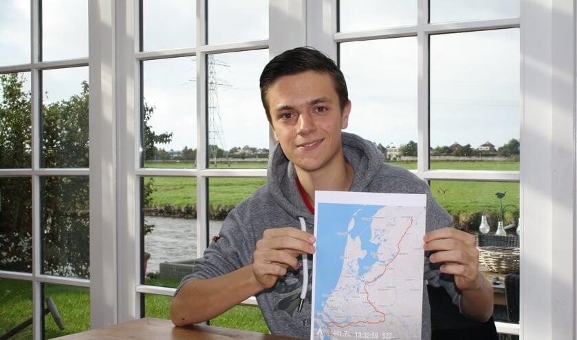 Rik van der Zon met de route die hij met vier medestudenten fietsend wil afleggen op 3 november.