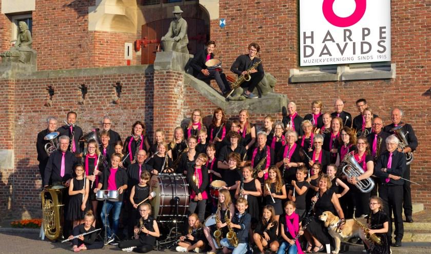 Het complete orkest op de trappen van het (voormalig) gemeentehuis van Noordwijkerhout. | Foto: Steven Bemelman.