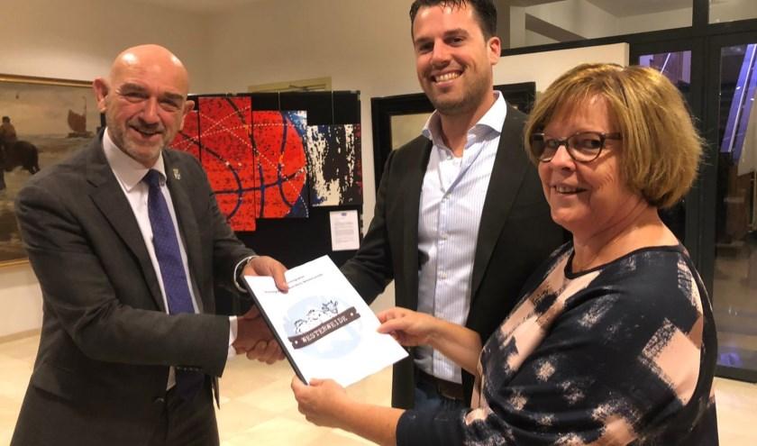 William Hogewoning en Ida Zwaan overhandigen het Ondernemingsplan aan wethouder Rien Nagtegaal.