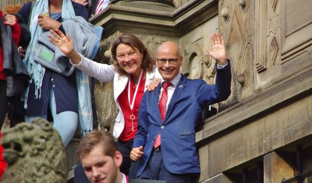 Burgemeester Emile Jaensch sloeg samen met zijn Vera op de trappen van het Leidse stadhuis de Grote Optocht gade. Foto: © uitgeverij Verhagen