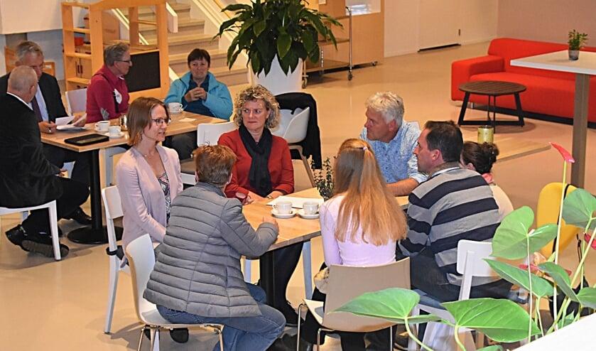 Aan tafel met de wethouder. | Foto: Piet van Kampen