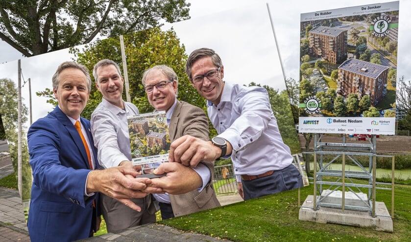 Willem Joosten (wethouder Leiderdorp), Chrétien Mommers (Rijnhart Wonen), Sven Wennekes (Ballast Nedam West), en Dennis Wedding (Amvest) met een miniatuur bouwbord.