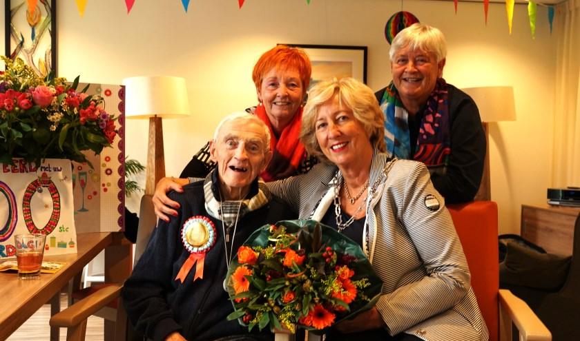 Willem Langeraar met burgemeester Driessen en zijn twee dochters.