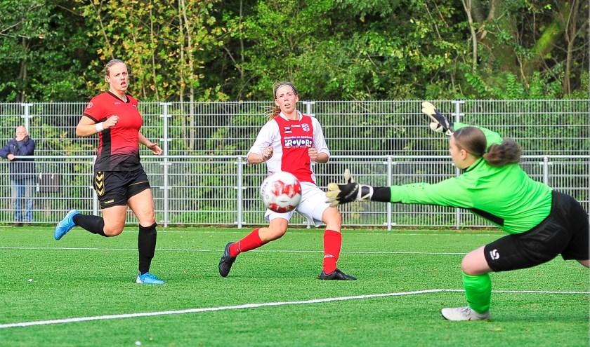 Claudia Owel scoort voor RCL met een fraaie krul de 3-1. Aanvoerster Laura van Stevenick en sluitpost Daniëlle van den Bos van Wartburgia zijn kansloos.