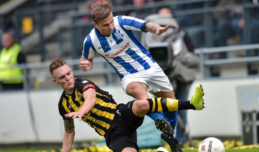 Marc Magan van Rijnsburgse Boys in duel met Joey Ravensbergen. | Foto: OrangePictures/Wim Wobbes