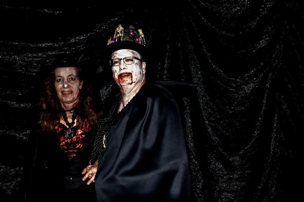Organisatoren Karin van der Reijden en Alexander van der Sel waren natuurlijk ook passend verkleed.   Foto: J.P.Kranenburg © uitgeverij Verhagen