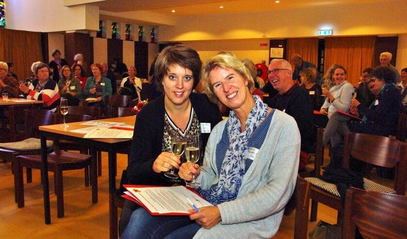Sociaal makelaar Sietske Steenbergen heft samen met Sandra Poel (Adviseur Informele Zorg Stichting Eva) het glas.