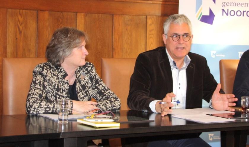 Burgemeester Hermans corrigeerde  wethouder Van den Berg dat alles op zijn Noordwijks gaat. | Foto: WS