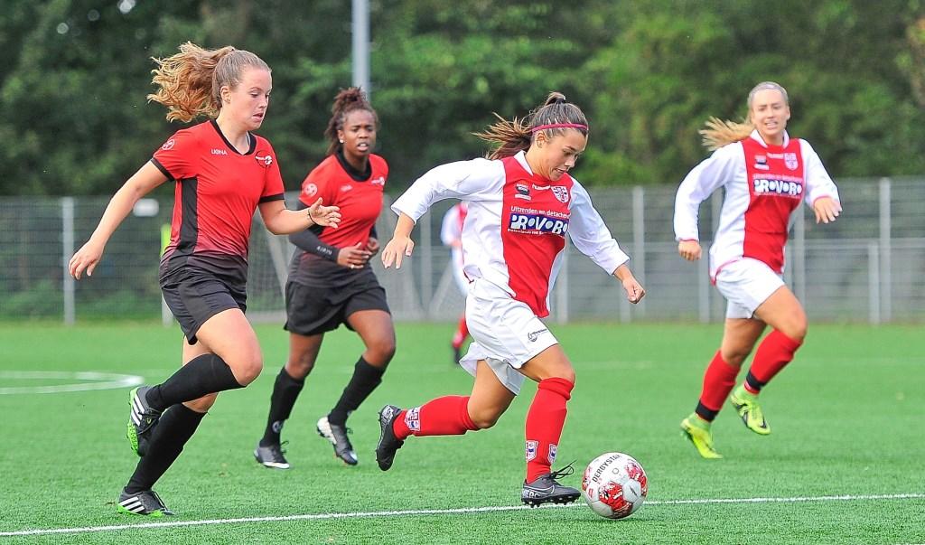 Jill Sanrodji scoorde in de eerste helft de openingstreffer maar schiet bij deze actie voorlangs.  © uitgeverij Verhagen